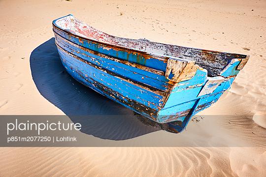 Altes Holzboot - p851m2077250 von Lohfink