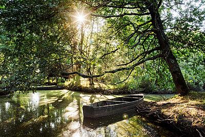 Einsames Boot - p910m1195587 von Philippe Lesprit