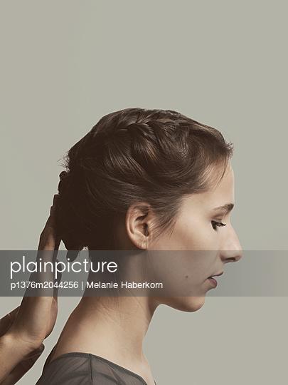 Junges Mädchen im Profil - p1376m2044256 von Melanie Haberkorn