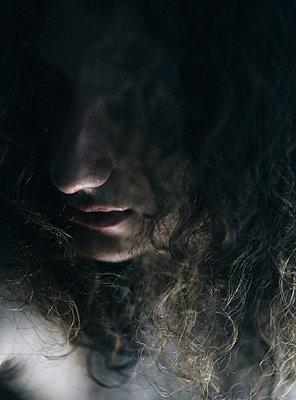 Mit Haaren verdecktes Gesicht einer androgynen Gestalt - p1180m1072831 von chillagano
