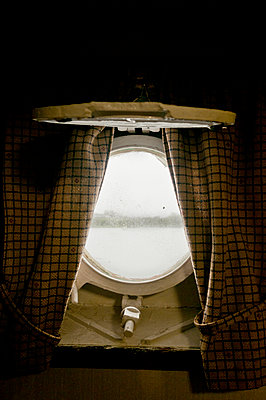 Bullauge - p470m1059347 von Ingrid Michel