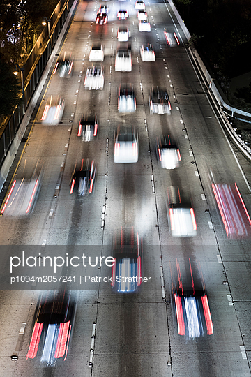 Road traffic in Los Angeles at night - p1094m2057241 by Patrick Strattner