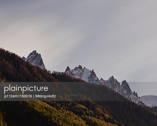Bergpanorama mit Sternenhimmel - p1124m1150016 von Willing-Holtz