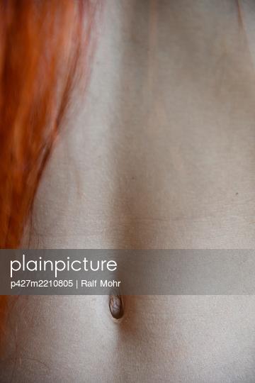 Female belly button, close-up - p427m2210805 by Ralf Mohr