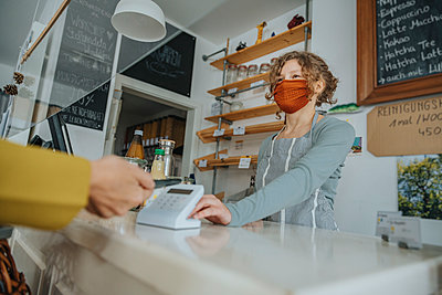 Mobile payment being made in zero waste shop, Cologne, NRW, Germany - p300m2256395 von Mareen Fischinger