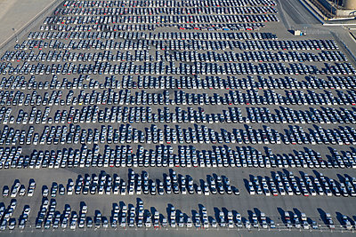Cars parked in lot at port of Los Angeles - p555m1480099 by Tom Paiva Photography
