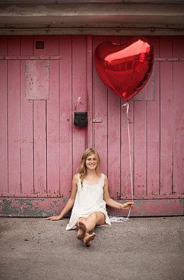 Woman holding balloon - p586m859537 by Kniel Synnatzschke