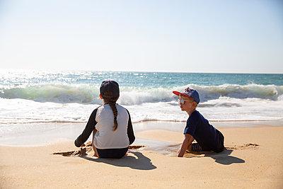 Children on the beach - p756m2125059 by Bénédicte Lassalle