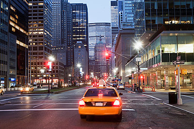 Yellow taxi cab at dusk; New York City; USA - p924m806951f by Ditto