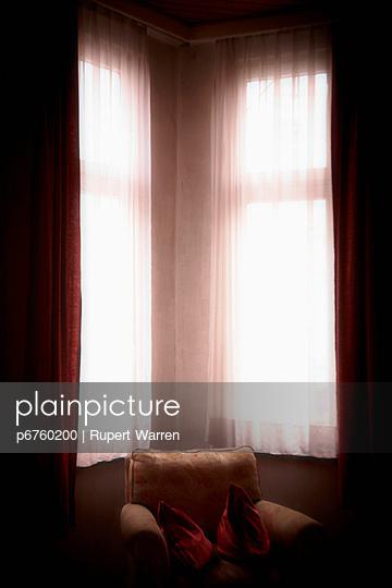 Sessel in der Ecke - p6760200 von Rupert Warren
