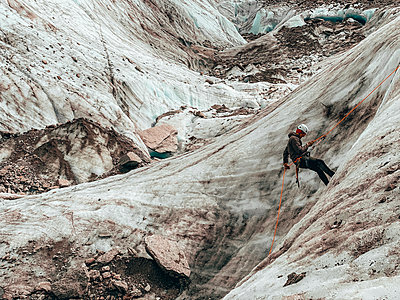 Close Shot of mountaineer rappelling on glacier in European Alps - p1166m2212346 by Cavan Images