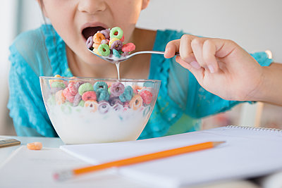 Girl eating bowl of cereal - p555m1410604 by JGI/Jamie Grill