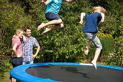 Spaß auf dem Trampolin - p981m881620 von Franke + Mans