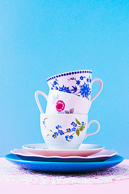 Stack of coffee cups - p1149m2027196 by Yvonne Röder
