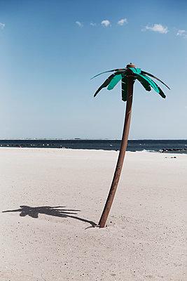 künstliche palme auf coney island - p1340m1425992 von Christoph Lodewick