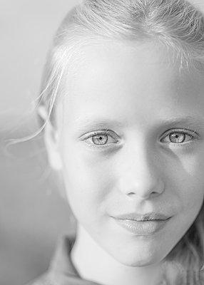 Girl, portrait - p552m2116810 by Leander Hopf