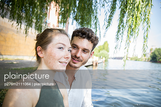 Young couple in Berlin at river Spree - p276m2111064 by plainpicture
