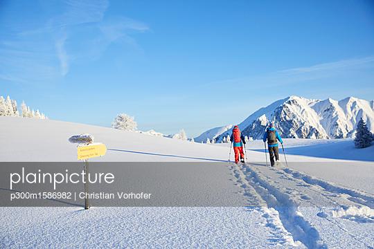 Austria, Tyrol, couple snowshoeing - p300m1586982 von Christian Vorhofer