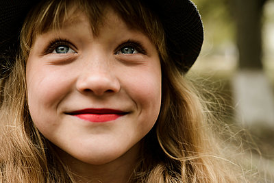 Portrait of a beautiful redhaired girl smiling at the camera. - p1166m2113087 by Cavan Images