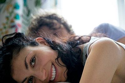 Paar im Bett - nah - p1212m1178894 von harry + lidy