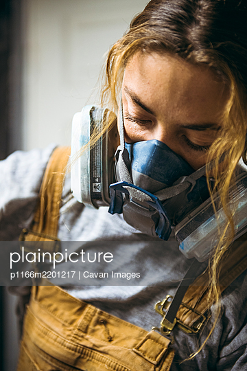 Female Resin Artist wearing Respirator mask - p1166m2201217 by Cavan Images