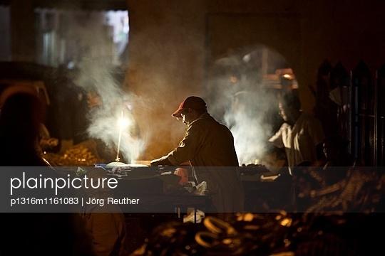 Verkäufer auf dem Souk im Abendlicht, Rabat, Marokko - p1316m1161083 von Jörg Reuther