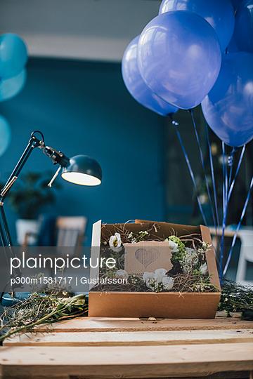 Floral arrangement in a box on table - p300m1581717 von Gustafsson