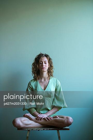 Frau bei der Meditation - p427m2031333 von R. Mohr