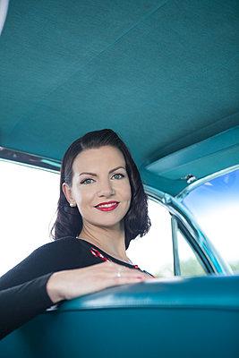 Freundliche Frau im Oldtimer - p045m2099141 von Jasmin Sander