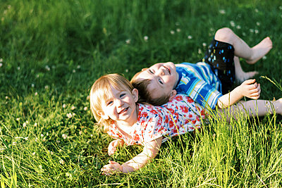 Two kids playing together in their backyard - p1166m2289929 by Cavan Images
