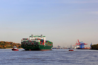 Container ship sailing on river - p429m743825 by Felix Behnke