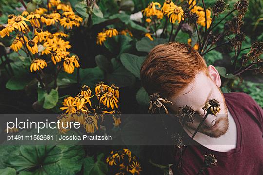 Mann in Blumenfeld - p1491m1582691 von Jessica Prautzsch