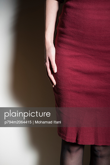 Close up of a woman wearing a dress  - p794m2064415 von Mohamad Itani