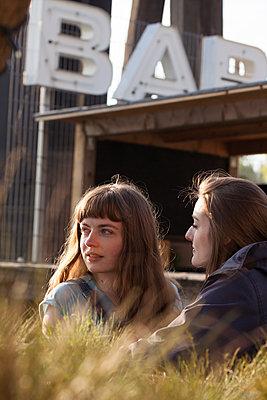 Freundschaft - p981m1446297 von Franke + Mans