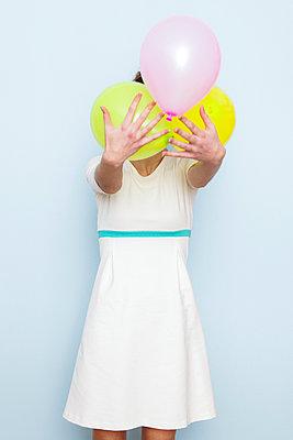 Frau mit Luftballons - p1078m1050899 von Frauke Thielking