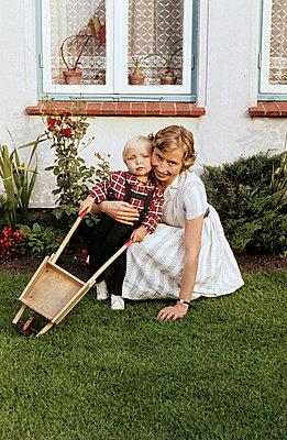 Mutter, Kind und Schubkarre - p1080243 von Thomas Kummerow