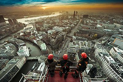 Gerüstbauer bei Einrüstung der St. Nikolai-Kirche mit Blick auf Hamburg und den Hafen III - p1493m1584475 von Alexander Mertsch