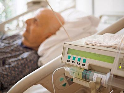 Senior man at palliative care unit - p300m1023122f by Albrecht Weisser
