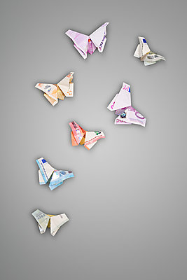 Butterflies from banknotes - p715m1196390 by Marina Biederbick