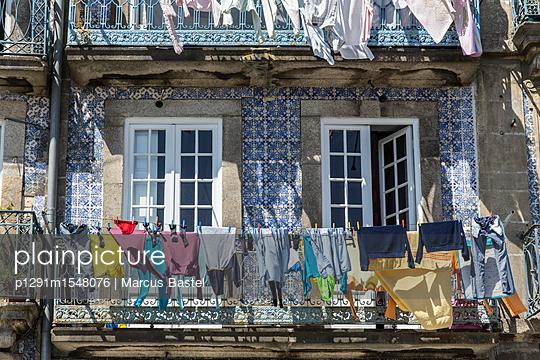 Portugues washing line - p1291m1548076 by Marcus Bastel