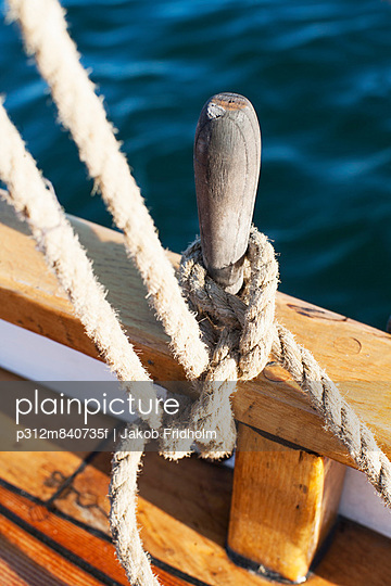 Close-up of tied up rope - p312m840735f by Jakob Fridholm