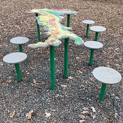 Kreativer Rastplatz mit Tisch und Hocker - p1401m2254165 von Jens Goldbeck