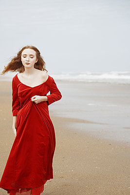 Junges Mädchen am Strand - p1694m2291713 von Oksana Wagner