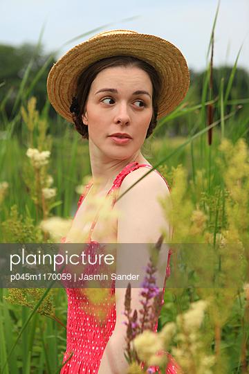 Spaziergang durch Blumenwiese - p045m1170059 von Jasmin Sander