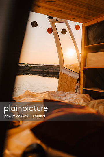 Interior of motor home at lakeshore during sunset - p426m2296257 by Maskot
