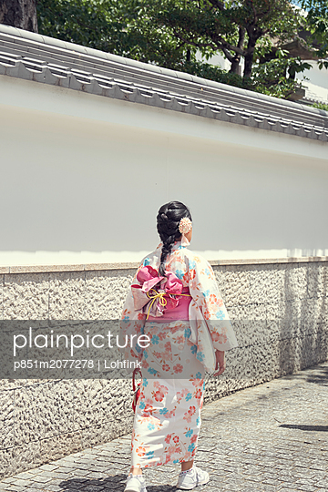 Asian woman wearing kimono - p851m2077278 by Lohfink