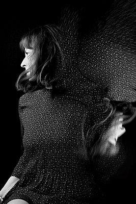 Frau mit brünetten Haaren, Portrait - p1543m2291589 von Sophia Snadli