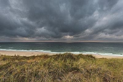 Germany, Schleswig-Holstein, Sylt, Wenningstedt, rain clouds over the beach - p300m2042210 von Kerstin Bittner