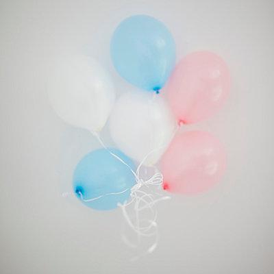 Sechs Luftballons - p586m859223 von Kniel Synnatzschke
