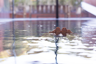 Toes sticking out of swimming pool, personal perspective - p623m1086502f by Anne-Sophie Bost
